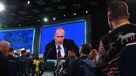 بوتين يجد قاسما بين ضباط الاستخبارات والصحفيين!