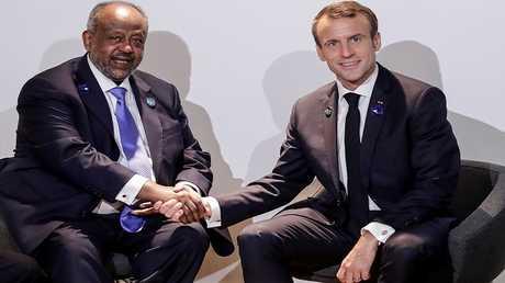 الرئيس الجيبوتي إسماعيل عمر غله مع نظيره الفرنسي إيمانوئيل ماكرون خلال مؤتمر في باريس في نوفمبر 2018