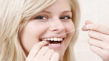 تنظيف الأسنان باستخدام الخيط