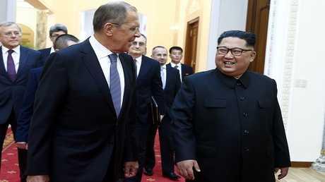 وزير الخارجية الروسي سيرغي لافروف وزعيم كوريا الشمالية كيم جونغ أون في بيونغ يانغ (مايو 2018)