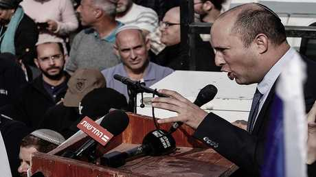 وزير التعليم الإسرائيلي نفتالي بينيت يتحدث أمام تجمع للمستوطنين