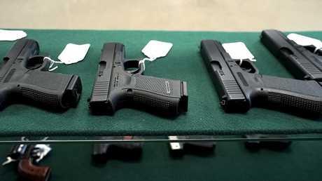مسدسات وأسلحة في متاجر البيع