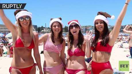 شاهد بالفيديو.. احتفالات بعيد الميلاد على الشاطئ في سيدني الأسترالية