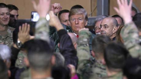 الرئيس الأمريكي دونالد ترامب خلال زيارته قاعدة أمريكية في العراق