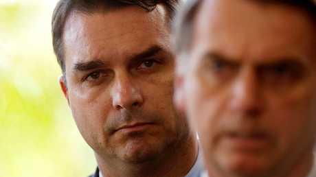 الرئيس البرازيلي المنتخب جاير بولسونارو مع نجله فلافيو (وراءه)