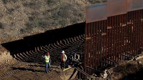 جزء من الجدار قيد البناء على الحدود بين الولايات المتحدة والمكسيك