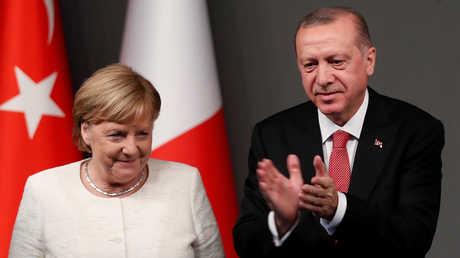 الرئيس التركي، رجب طيب أردوغان، مع المستشارة الألمانية، أنغيلا ميركل، خلال قمة اسطنبول يوم 27 أكتوبر 2018