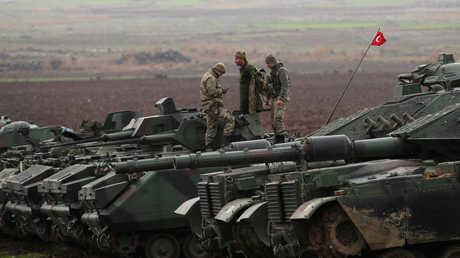 آاليات عسكرية تركية عند الحدود مع سوريا