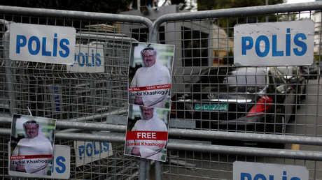 صور لجمال خاشقجي على حاجز أقامته الشرطة أمام القنصلية السعودية في اسطنبول