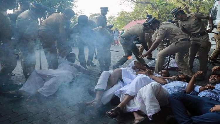دخول امرأتين معبدا هندوسيا يفجر احتجاجات عنيفة في الهند