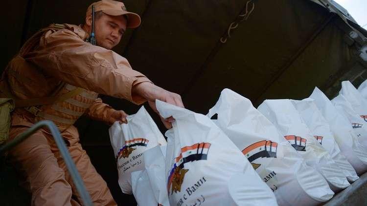 الجيش الروسي يسلم مساعدات إنسانية للنازحين عن إدلب