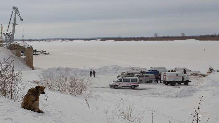 انهيار الجليد يتسبب بغرق سيارة جيب ورافعة وشاحنة