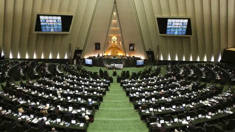 البرلمان الإيراني يحقق في مزاعم تعذيب أحد قادة العمال داخل سجن