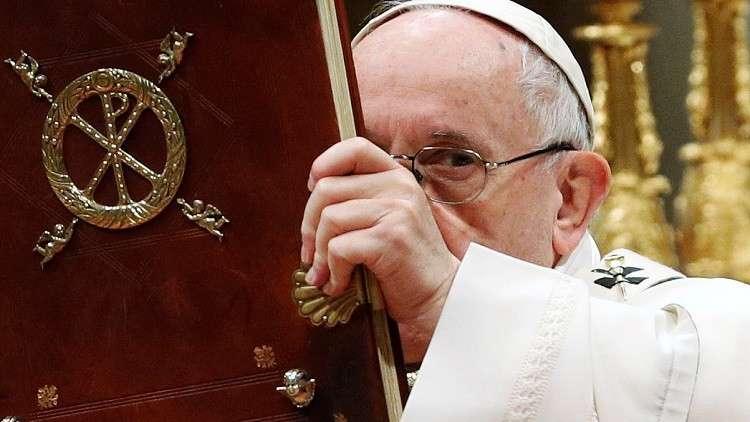 البابا يحث قادة أوروبا على إنقاذ مهاجرين عالقين في البحر