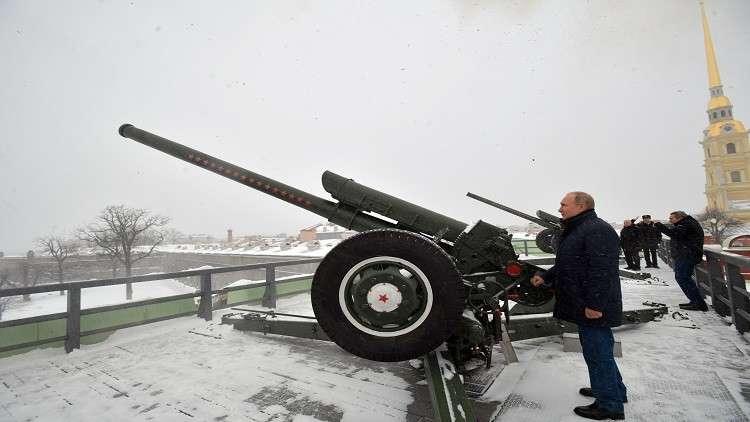 بوتين يضبط ساعة بطرسبورغ بمدفع القيصر