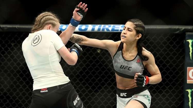 شاهد ماذا فعلت مقاتلة (UFC) بلص حاول سرقتها!