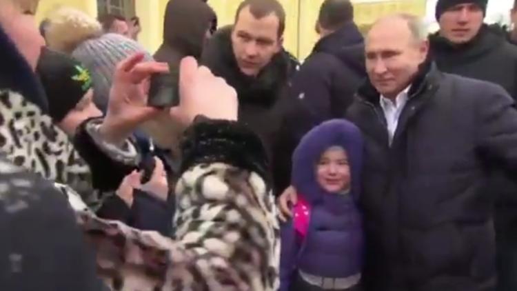 بوتين يترجل من سيارته ويكفكف دموع طفلة بالتقاط صورة معها