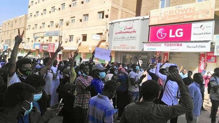 مسيرة في القضارف تكريما لقتلى الاحتجاجات في السودان