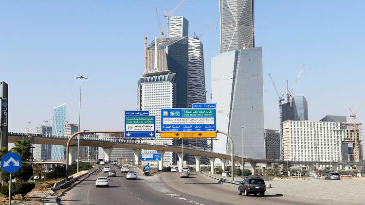 السلطات السعودية تنصف موظفا وتحسّن له ظروف عمله