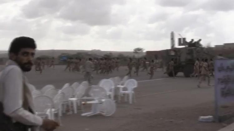 شاهد ماذا حل بالعرض العسكري في قاعدة العند عقب استهدافها بطائرة