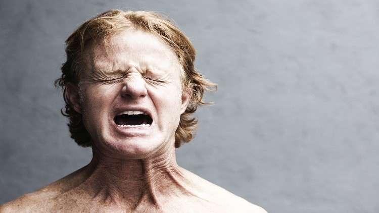 علماء يكشفون سبب معاناة الرجال من الألم أكثر من النساء!