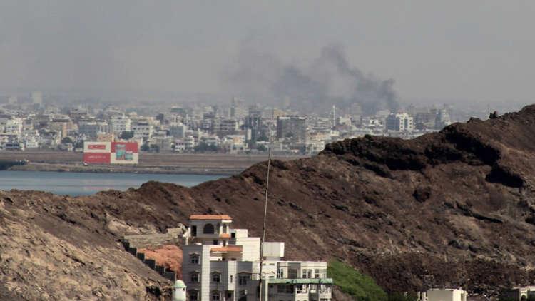 بالفيديو.. اندلاع حريق هائل إثر انفجار داخل مصافي عدن