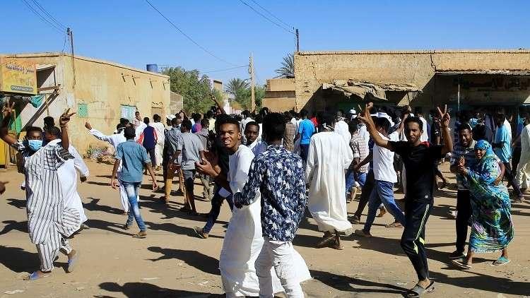 الشرطة السودانية تفرق المتظاهرين بالغاز المسيل للدموع