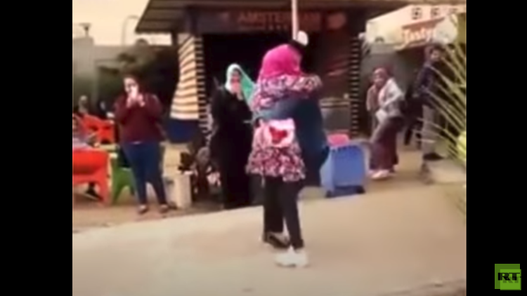 الأزهر يفصل طالبة بعد ظهورها في فيديو تعانق صديقها