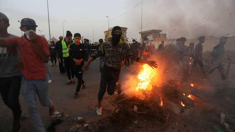 بالفيديو.. اشتباكات عنيفة بين الأمن العراقي والمحتجين في البصرة
