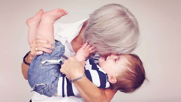 كيف تساعد عيادات التلقيح البريطانيات على الإنجاب في عمر الـ 60؟