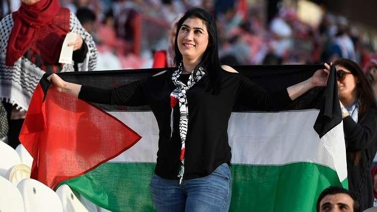 شاهد.. لحظة تحول حزن لاعبي وجمهور فلسطين إلى فرح لدى سماعهم نتيجة مباراة سوريا