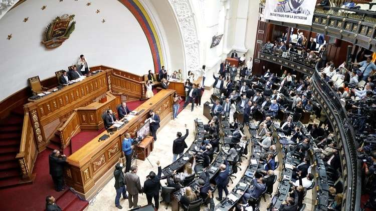 البرلمان الفنزويلي يعلن مادورو
