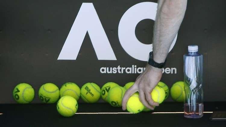 شاهد.. لاعب تنس يدفع أحد الحكام الفتيات للبكاء بعد أن أصابها بالكرة مرتين