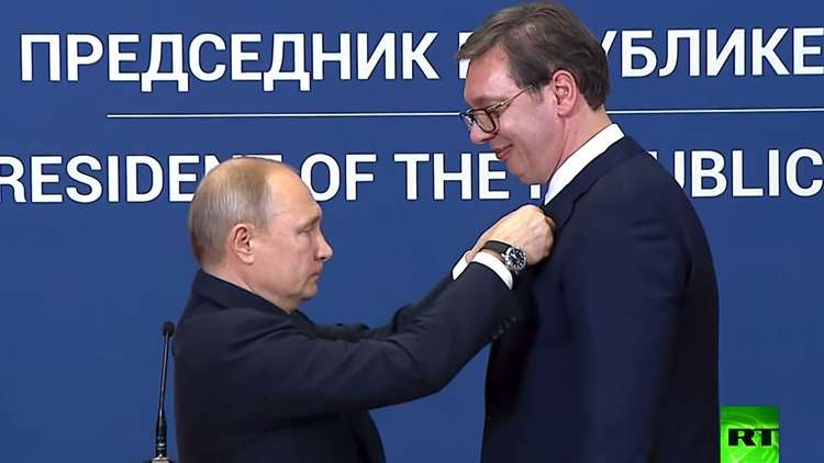 شاهد.. بوتين يقلد وسام