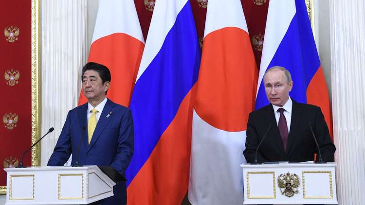 الرئيس الروسي فلاديمير بوتين ورئيس الوزراء الياباني شينزو آبي في مؤتمر صحفي مشترك بموسكو، 22/1/2019