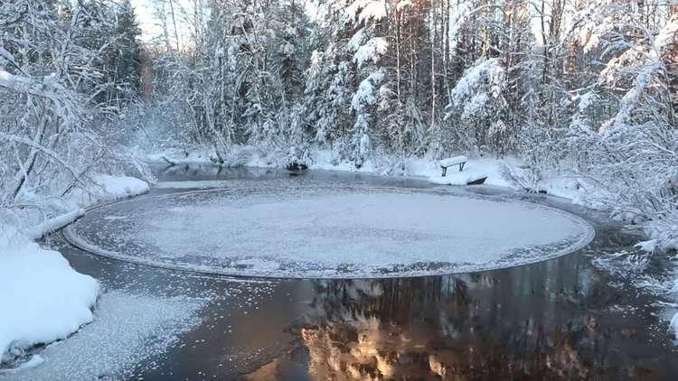 دائرة جليدية مثالية المحيط ومتناهية الجمال في نهر فنلندي