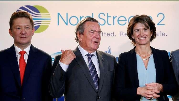 رئيس شركة غازبروم اليكسي ميلر، والمستشار الألماني السابق غيرهارد شرودر، وإيزابيل كوتشر، رئيسة شركة الطاقة الفرنسية إنجي، باريس، 24 أبريل 2017