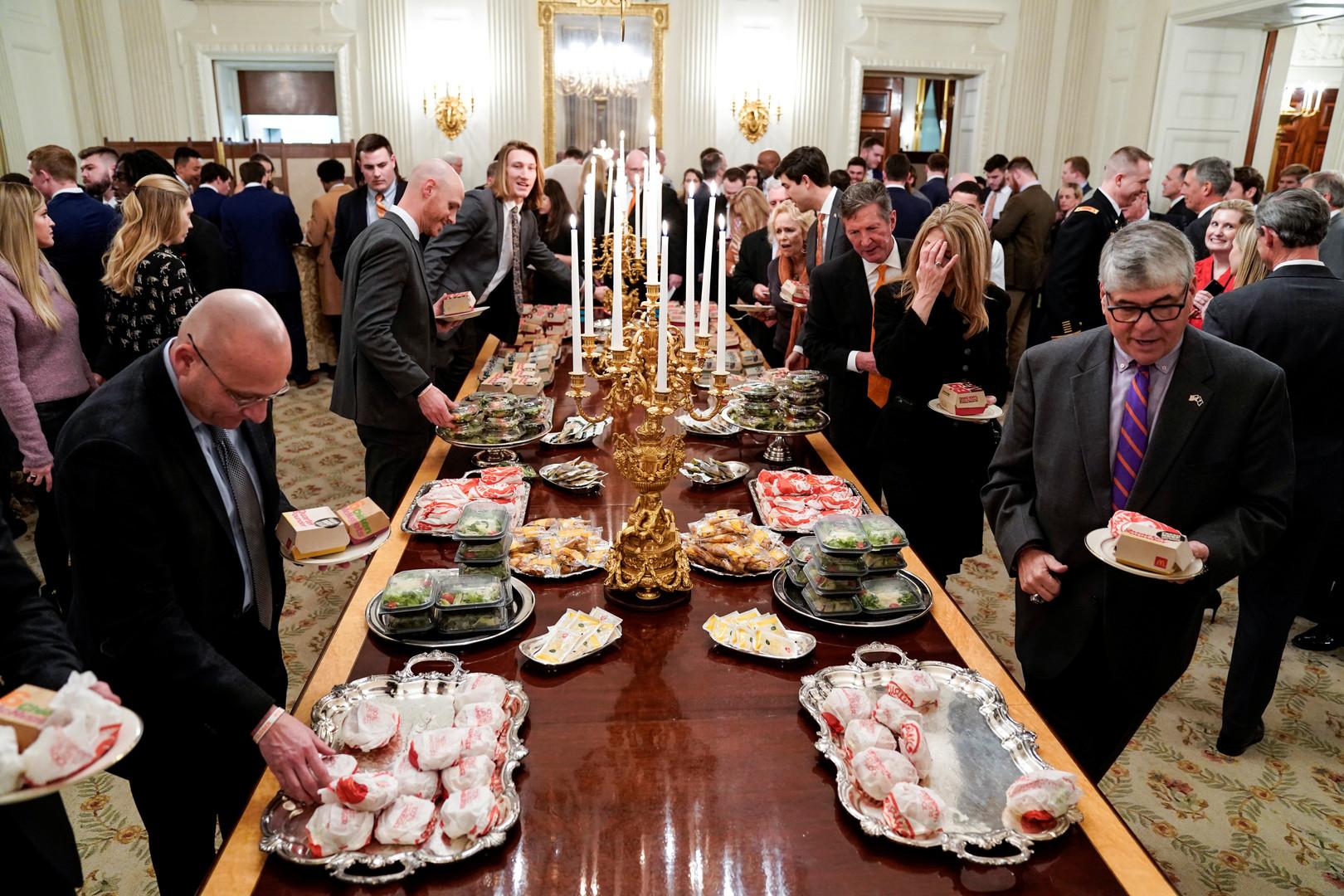 صور.. ترامب يتحمل نفقات الضيافة على حسابه الخاص ويقدم لضيوفه