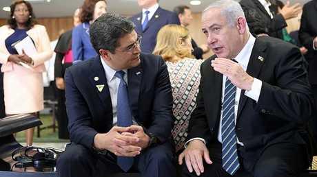 رئيس الوزراء الإسرائيلي بنيامين نتنياهو ورئيس هندوراس خوان هيرنانديز خلال لقاء لهم في برازيليا