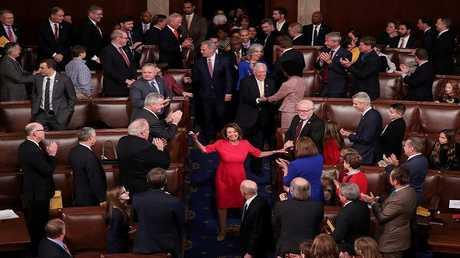 أعضاء في مجلس النواب الأمريكي يصفقون للديمقراطية نانسي بيلوسي بعد اختيارها رئيسة للمجلس في 3 يناير 2019