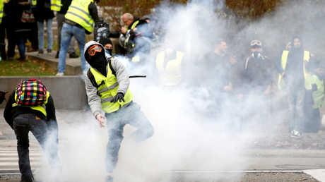 """متظاهرون من أفراد حركة """"السترات الصفراء"""" في مدينة نانت الفرنسية"""
