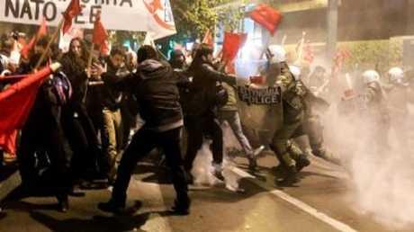اليونانيون يستقبلون ميركل بالتظاهر.. واليسار يعتبرها ضيفا غير مرغوب به