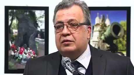 السفير الروسي المغدور أندريه كارلوف قبل لحظات من اغتياله