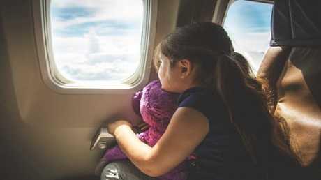 ما اللذي يجعل طاقم الطائرة يلزمك بفتح النوافذ عن الهبوط والإقلاع؟