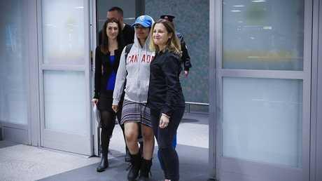 وزيرة الخارجية الكندية كريستينا فريلاند تستقبل رهف في مطار بيرسون الدولي في تورنتو، 12 يناير 2019