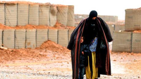 سيدة سورية مع طفل في مخيم الركبان (أرشيف)