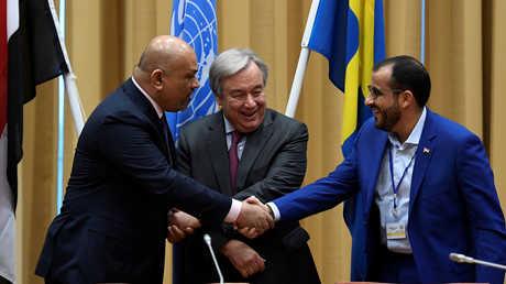مصافحة بين رئيسي وفدي الحكومة اليمنية والحوثيين في ختام مفاوضات السويد - 13 ديسمبر 2017
