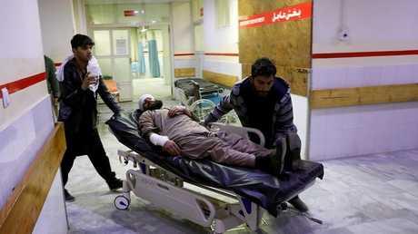 """نقل المصابين جراء التفجير قرب """"القرية الخضراء"""" شرقي كابول إلى المستشفى"""