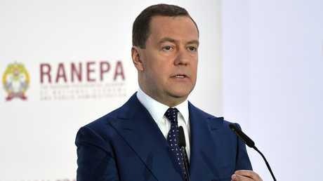 مدفيديف يؤكد مواصلة روسيا الابتعاد عن الدولار