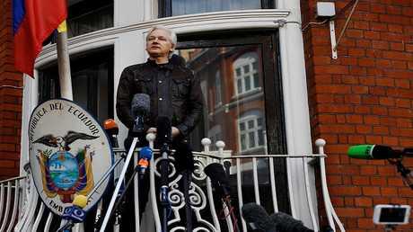 جوليان أسانج مؤسس موقع ويكيليكس، على شرفة السفارة الإكوادورية في لندن (أرشيف)